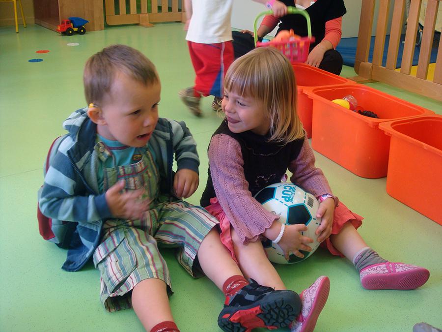 Enfants qui jouent et qui communiquent
