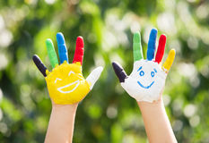 mains colorées
